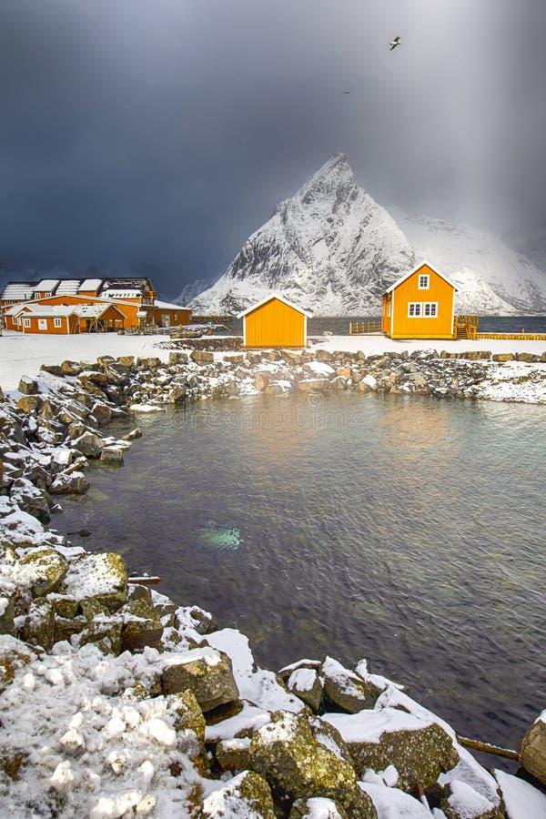 Två separata hus för traditionell livlig gul norrman arkivbild