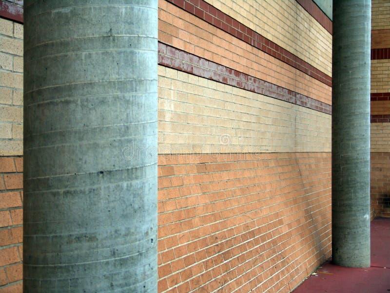 Två servicepelare i grå färger bredvid en tegelstenvägg arkivbilder