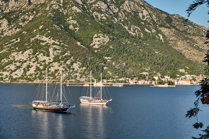 Två skepp i den Kotor fjärden, Montenegro royaltyfri fotografi