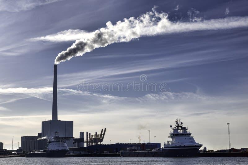 Två skepp och kraftverket för olje- tillförsel i Esbjerg härbärgerar, Denmar royaltyfri foto