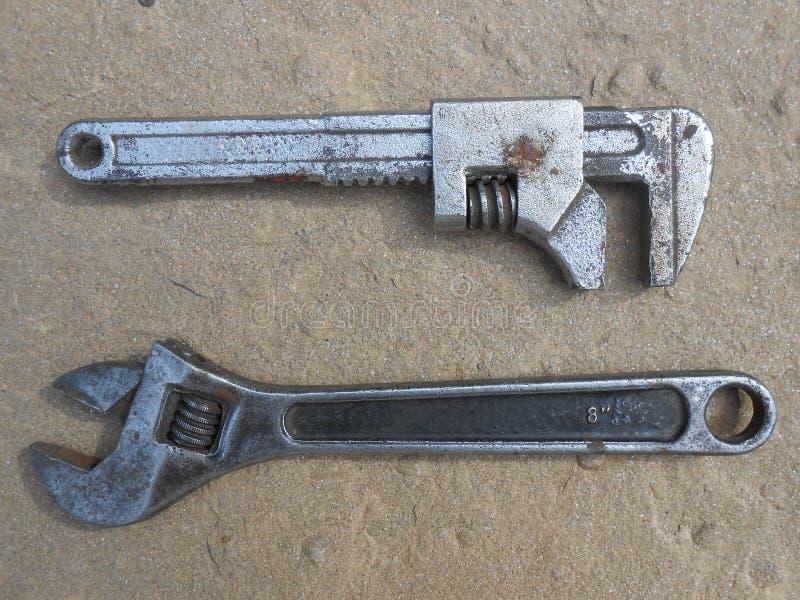två skiftnycklar royaltyfri bild