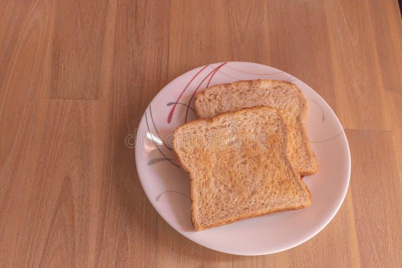 Två skivor av bröd på en platta fotografering för bildbyråer