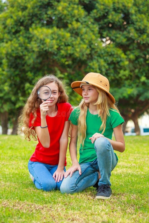 Två skolaflickor som undersöker naturen fotografering för bildbyråer