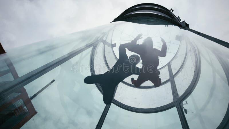 Två skydivers flyger in i vindtunnelen Extrem hoppa med fritt fall tandemcykel i vindtunnel royaltyfria foton