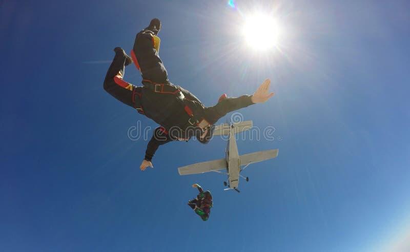 Två skydivers hoppar från ett flygplan royaltyfri bild