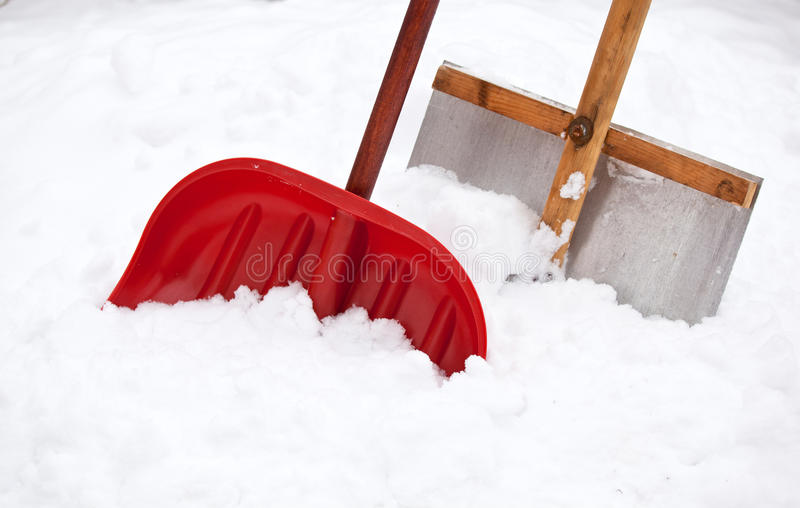 Två skyfflar för snowborttagning royaltyfria bilder