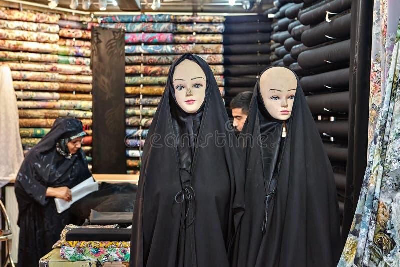 Två skyltdockor som bär i svarta chadors, Teheran storslagen basar, I royaltyfria foton