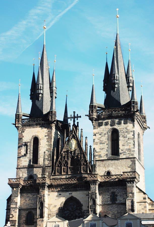 Två slotttorn i ljus blå himmel i Prague, Tjeckien Sightseen populärt Staromest royaltyfri foto