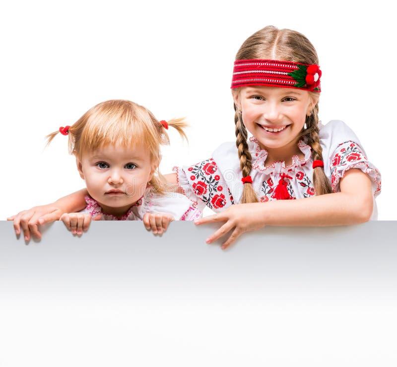 Två små flickor i den ukrainska nationella dräkten arkivfoto