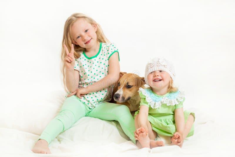 Två små flickor och hund royaltyfri foto