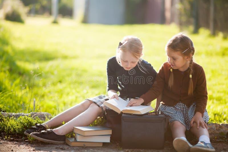Två små flickor ordnar till tillbaka till skolan fotografering för bildbyråer