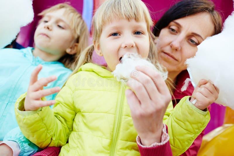 Två små flickor som äter sockervadden royaltyfria bilder