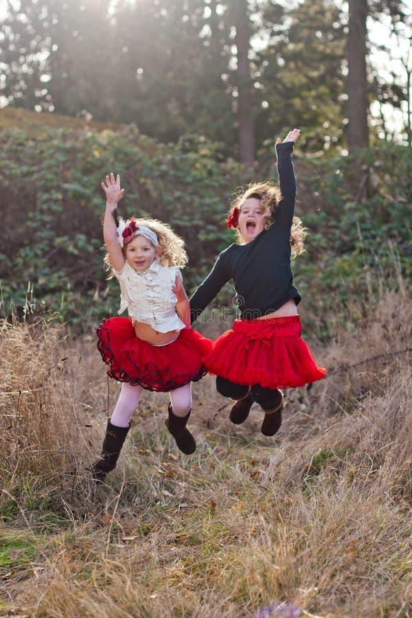 Två små flickor som utomhus dansar royaltyfria foton