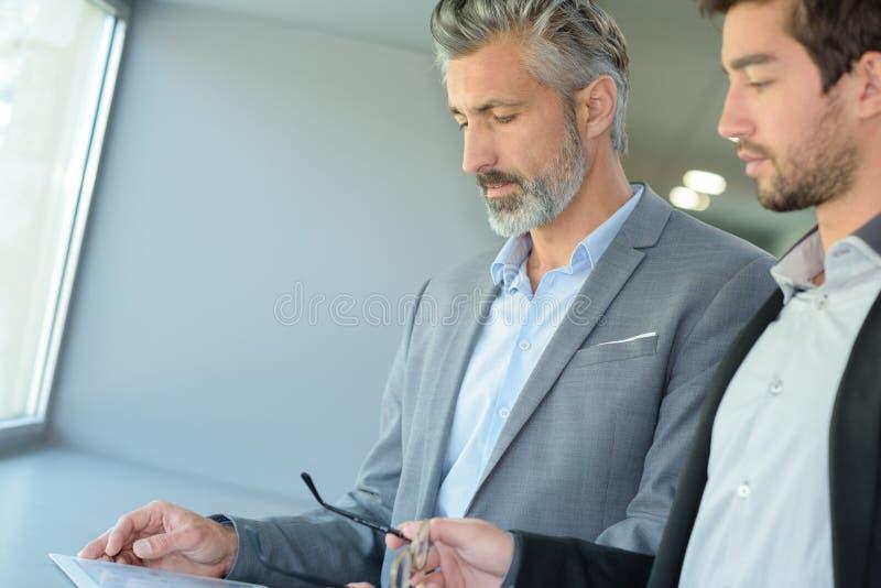 Två smarta affärschefer i diskussion arkivfoto