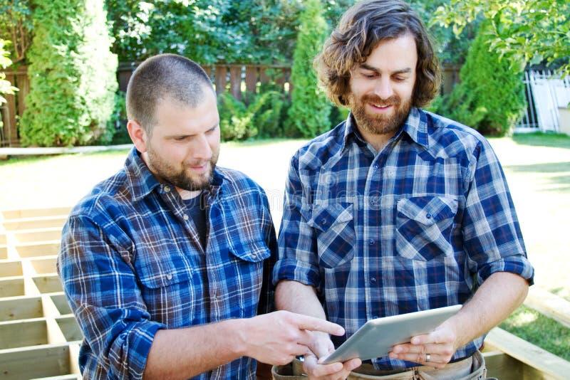 Två snickare som planerar på minnestavlan arkivbilder