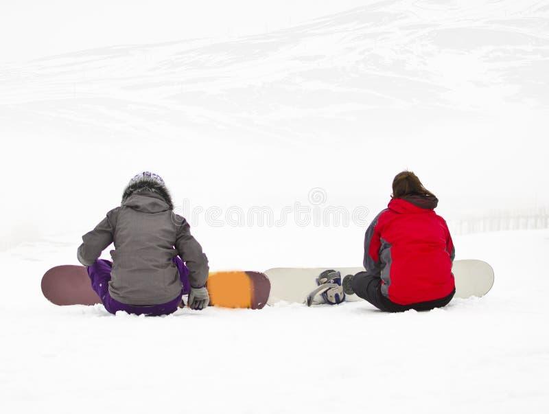 Två snowboarders på berget royaltyfri bild
