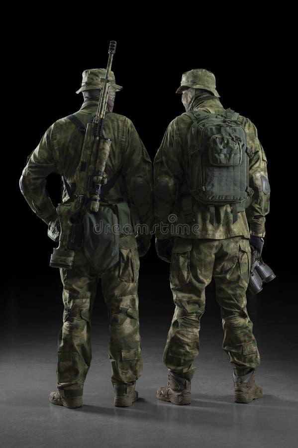 Två soldater av en special enhet är oavkortade ammunitionar royaltyfri fotografi
