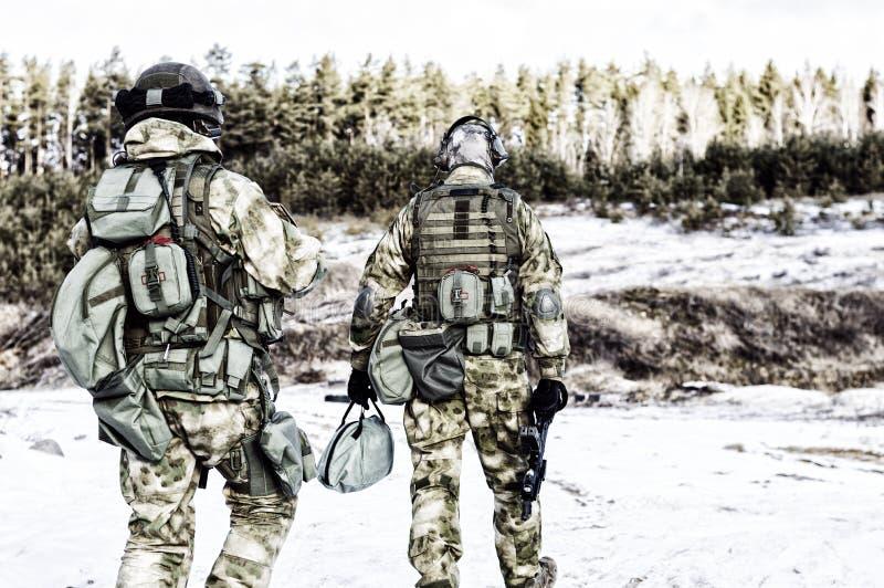 Två soldater av en special enhet förbereder sig att bära ut en farlig beskickning arkivbild