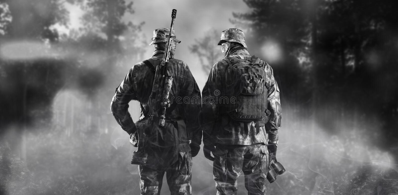 Två soldater av en special enhet står i en rökig skog royaltyfri fotografi