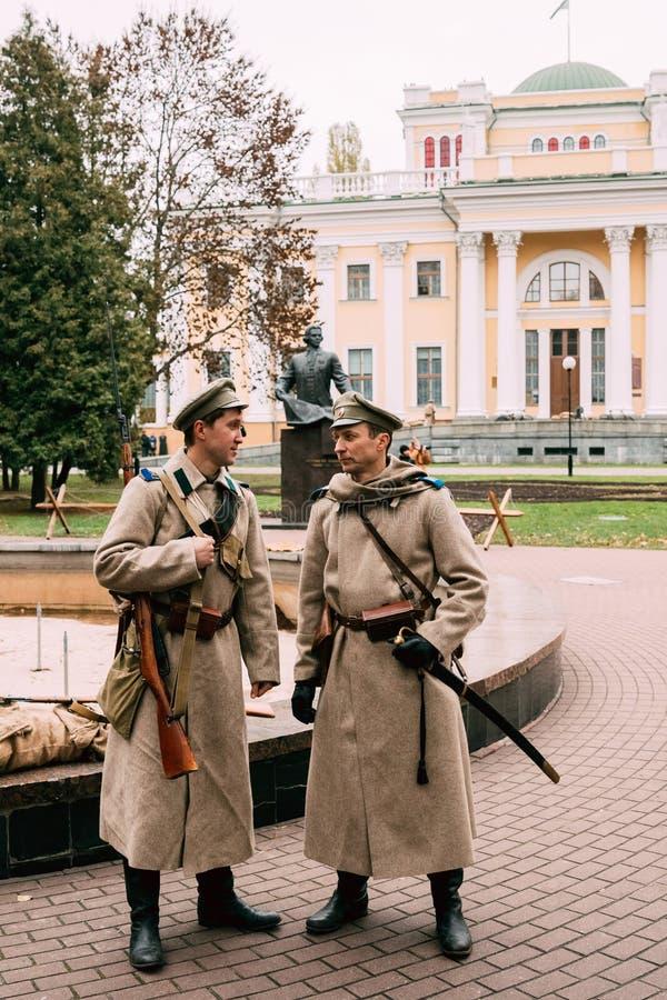 Två soldater av reenactoren av den vita vakten rekonstruktion arkivbild