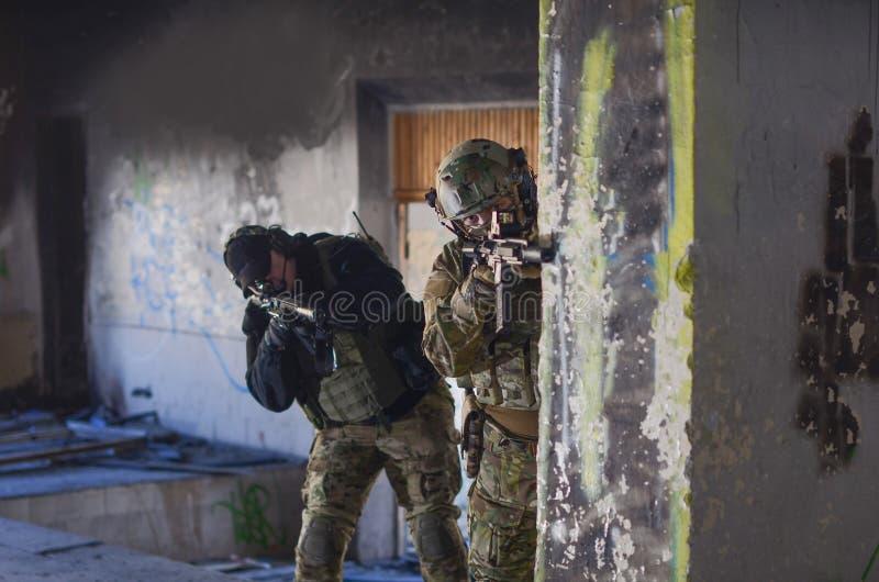 Två soldater i stridkugghjul fotografering för bildbyråer