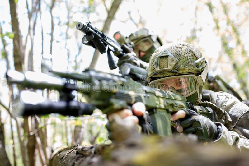 Två soldater med maskingevär royaltyfria bilder