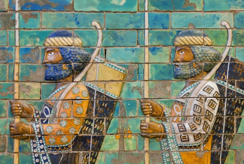 Två soldater med pilbågar och spjut, keramisk mönstrad vägg av staden Babylon royaltyfria foton