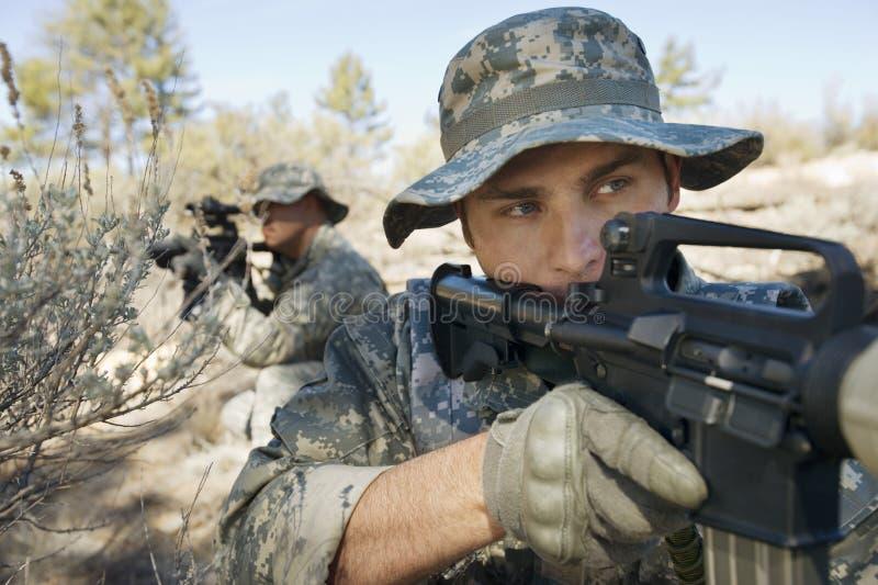 Två soldater med vapen arkivbilder