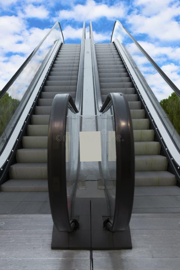 Download Två Som Escalatorsleading Från Jord Till Himmel Fotografering för Bildbyråer - Bild av futuristic, himmel: 76702059