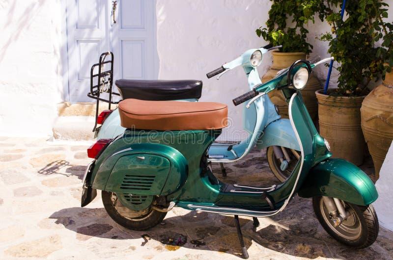 Två sparkcyklar på en grekisk ö fotografering för bildbyråer