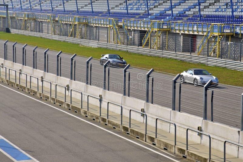 Två Sportscars på ett tävlings- spår arkivfoton