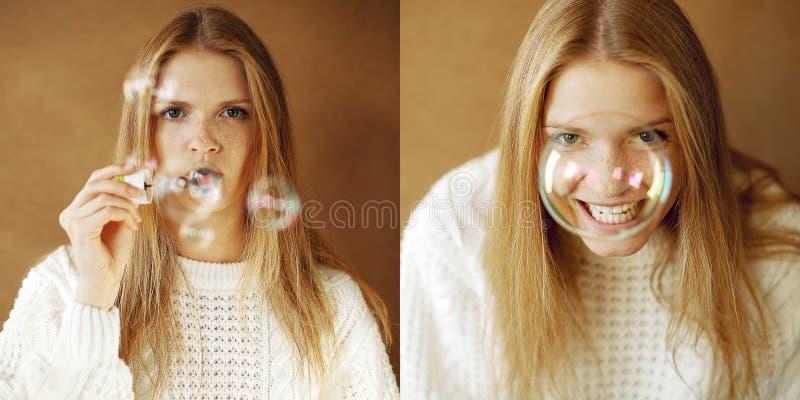 Två stående av rolig fashinable flicka med såpbubblor fotografering för bildbyråer