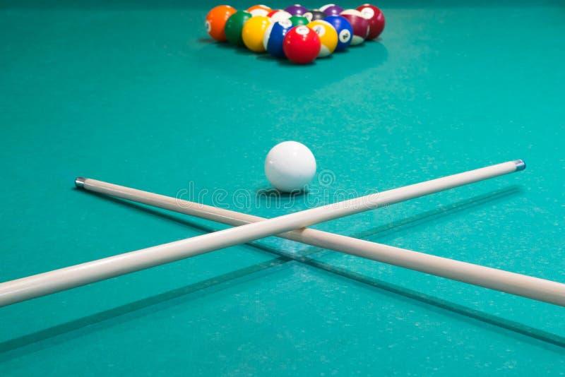 Två stickreplikbollar och biljard är på den spela tabellen royaltyfria foton