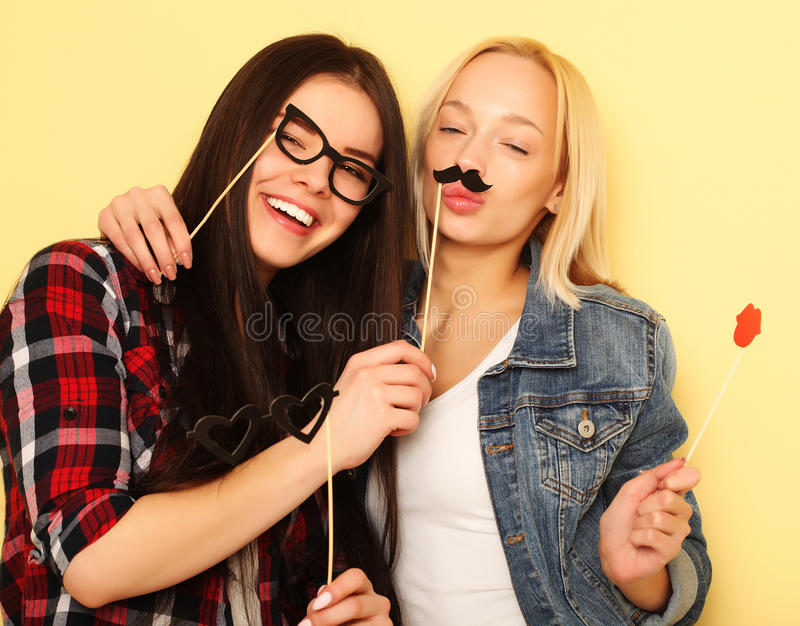 Två stilfulla sexiga hipsterflickabästa vän som är klara för parti royaltyfria bilder