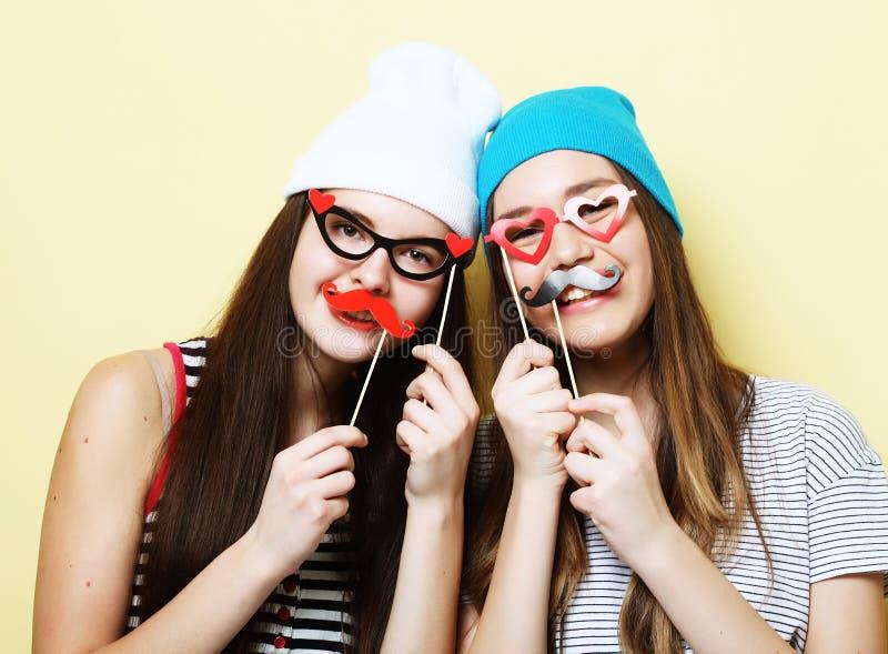 Två stilfulla sexiga hipsterflickabästa vän som är klara för parti royaltyfri foto