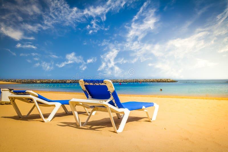 Två stolar på stranden arkivbild