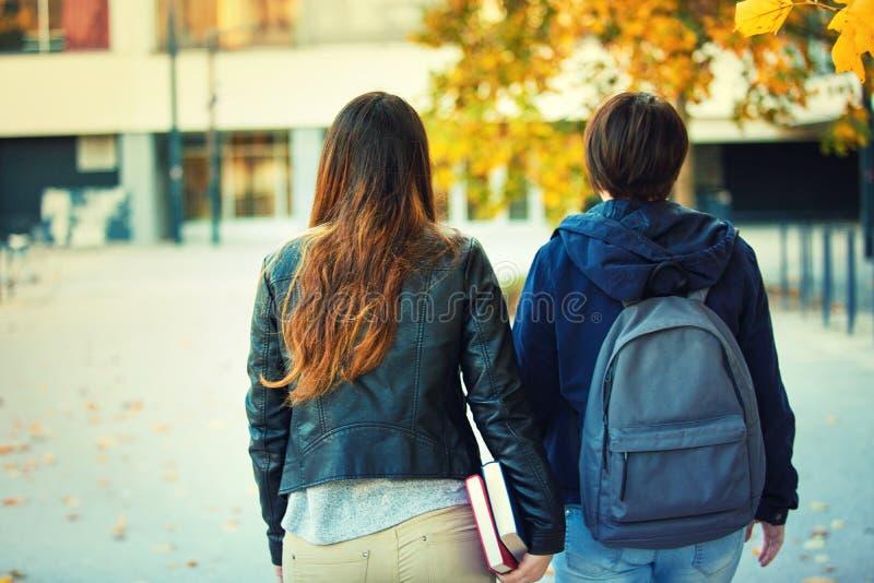 Två studenter går royaltyfria foton