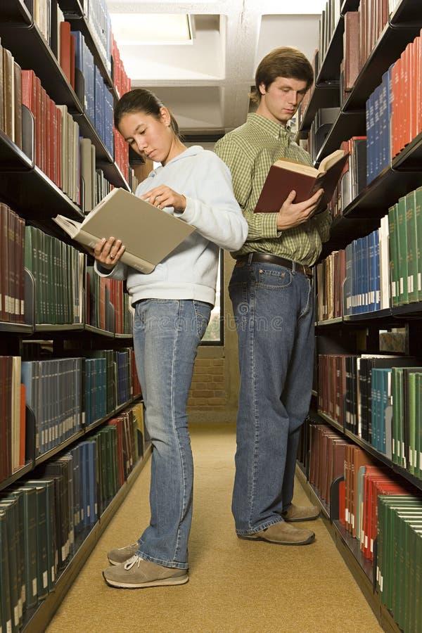 Två studenter som läser i arkivet fotografering för bildbyråer