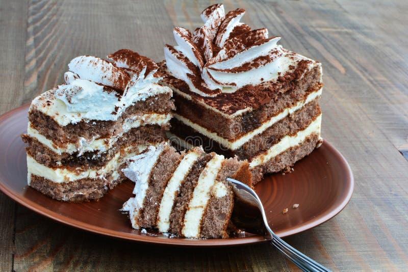 Två stycken av kakan, äten halvan arkivfoton