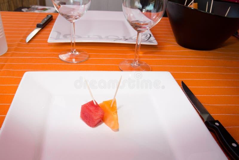 Två stycken av melon och vattenmelon på plattan arkivfoto