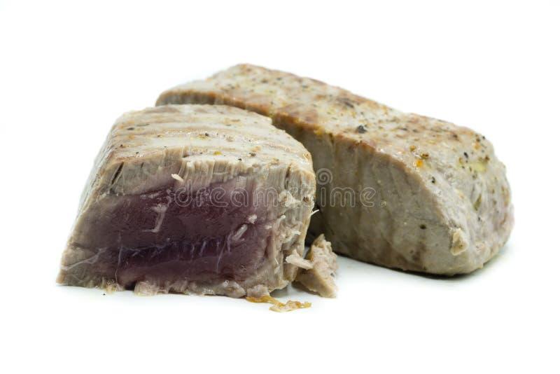 Två stycken av stekt tonfisk som isoleras på vit bakgrund arkivbilder