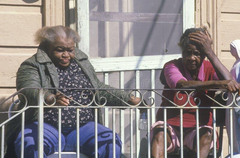 Två svart kvinna som strömförande i armod arkivbilder
