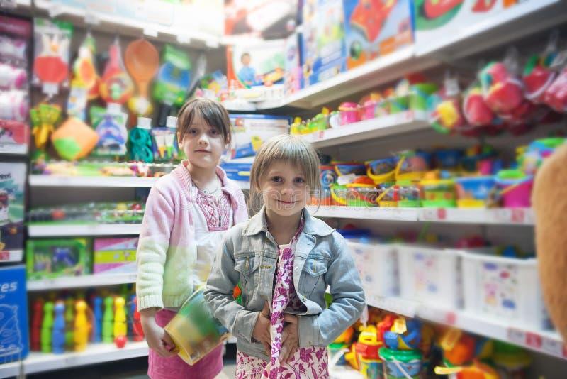 Två systrar i leksaklager royaltyfri foto
