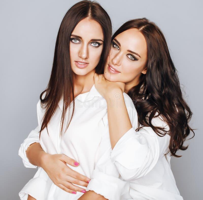 Två systrar kopplar samman att posera som gör fotoet som kläs arkivfoton