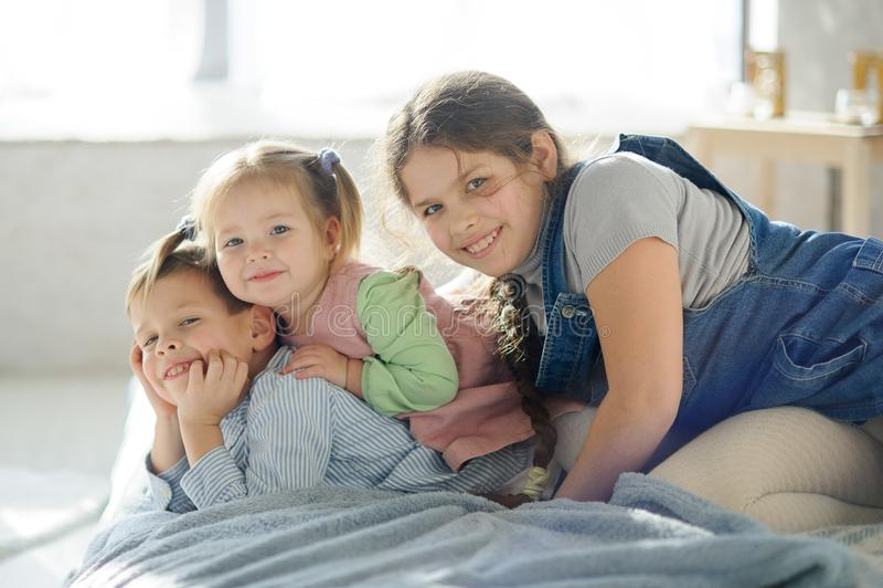 Två systrar och en broder royaltyfria foton