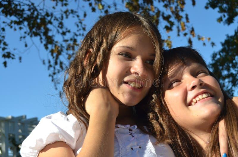 Lyckliga systrar royaltyfri fotografi