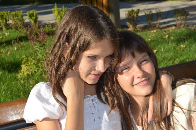 Flickor som tillsammans tycker om tid royaltyfria bilder