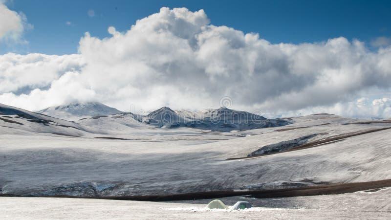 Två tält som campar på den insnöade Island royaltyfri fotografi