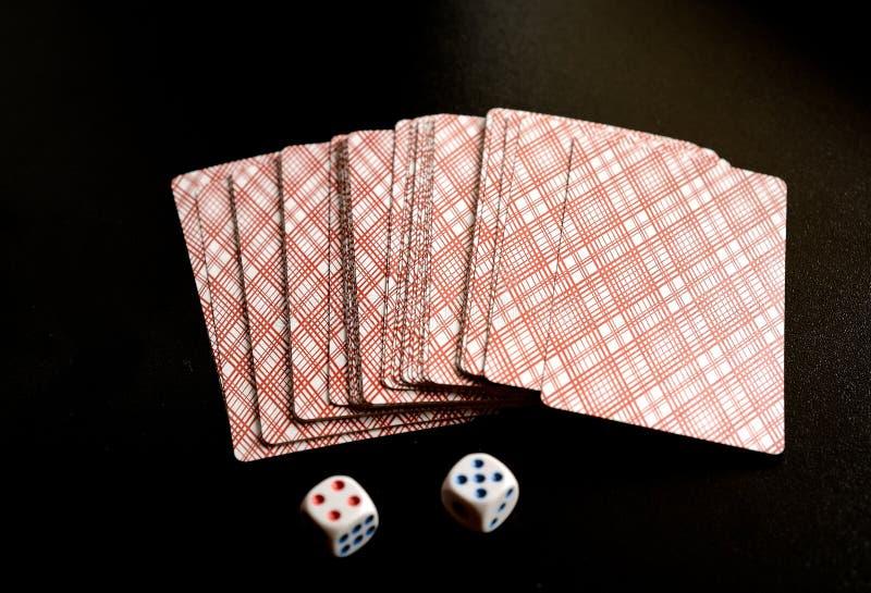 Två tärning och spelakort arkivbilder