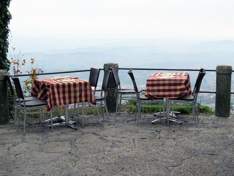 Två tabeller i restaurangen på berget arkivbild